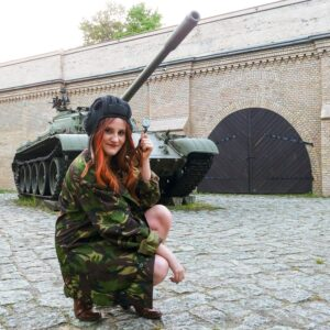 Aanpasbare Russische Tank helm op een tank dame