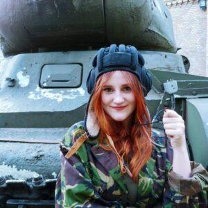 Aanpasbare gaming Russische Tank Helm gedragen door een tank dame
